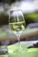 Café Sur Cour  - Verre de vin dans la cour -   © PM