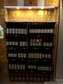 Chez Thérésine  - Un coin cave à Vins millésimés permet aux clients de choisir de visu un grand cru à prix doux. -   © zeiller