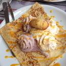 , Dessert : Le Lann-Bihoué  - Dessert du jour: la crêpe estivale. Glace vanille, duo de chantilly faite maison: cerise et melon, coulis de mangue et émietté de madeleine. Magnifique et délicieux! Très léger! -