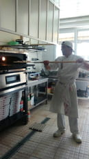 , Plat : Roma Pizza  - Enfournage de la pizza -