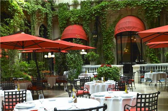 La cour jardin plaza ath n e restaurant m diterran en for Restaurant paris jardin