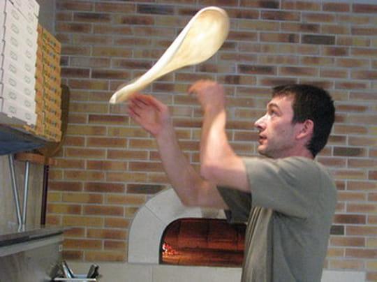 La Pizza au Feu de Bois  Le pizzaïolo