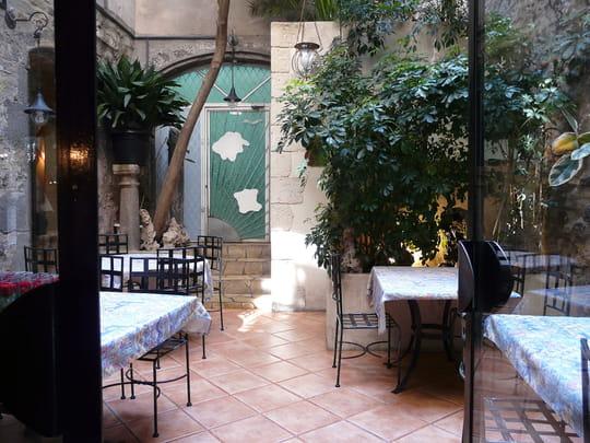 La table d 39 emilie le patio superbe quand il fait beau - Restaurant la table d emilie marseillan ...