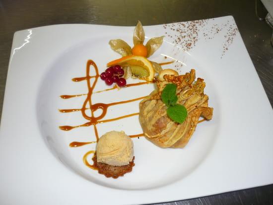 Auberge de la Roche  - Aumonière de crêpes, bananes et pommes caramélisées, glace au caramel au beurre salé -