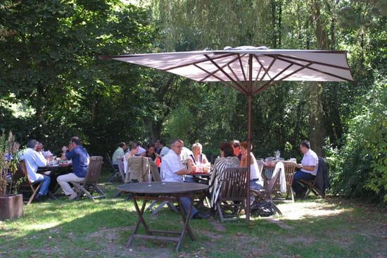 Auberge Du Domaine Du Lac  - Repas au bord du ruisseau -