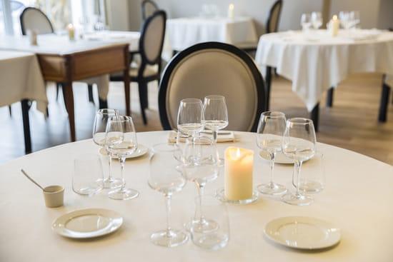 Autour de la Table  - La salle du restaurant gastronomique avec les tables rondes pour 4 personnes -   © autour de la table