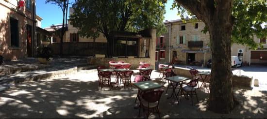 , Restaurant : Café de l'Univers  - Vu depuis la terrasse. Une petite fontaine se trouve légèrement sur la droite.  -