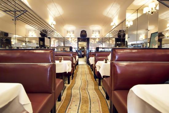 Chez Savy  - La grande salle prête pour accueillir les clients du soir -