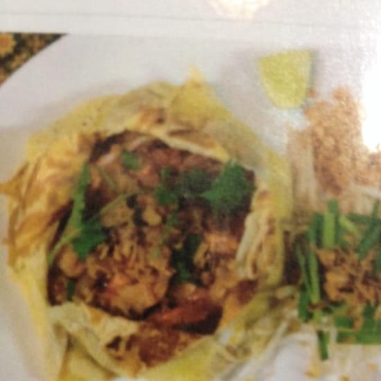 , Plat : Coliseum Bane Thaï  - Phad thaï hor khat ( pâtes de riz sautées thaï en robe d' œuf) -
