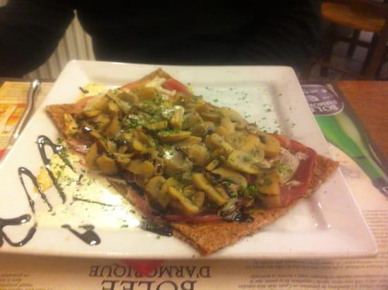 , Plat : Crêp'ôz  - Une crêpe composée par nous même : champignons, oignons, fromage, bacon et crème. -