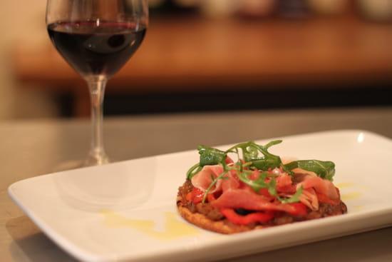 Etrillum  - Tarte fine, oignon, poivron, olive et Serrano. -   © Virginie C