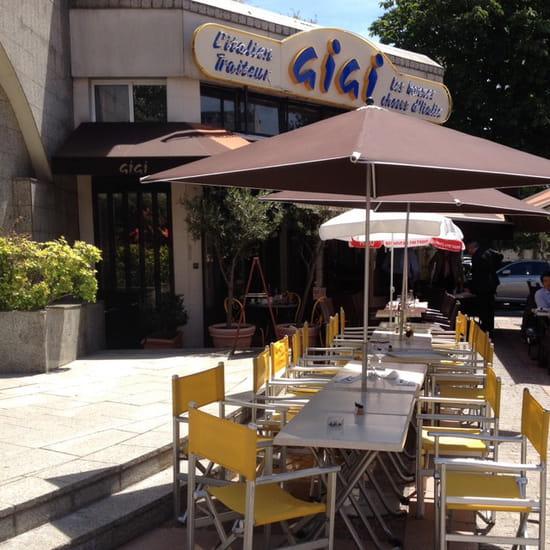 , Restaurant : Gigi  - Une partie de la terrasse à grandes tablées. -
