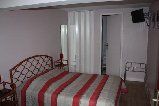 Hôtel -Restaurant  des Deux Sapins en vallée d 'eure  - chambre avec douche WC  -