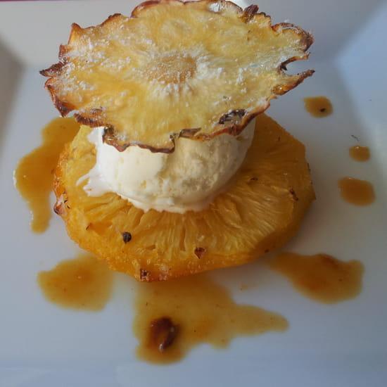 Hôtel - Restaurant Le Feug - La table d'Amélie  - Ananas rôti accompagné d'un sorbet coco et d'une chips d'ananas -   © Hôtel - Restaurant Le Feug - La table d'Amélie
