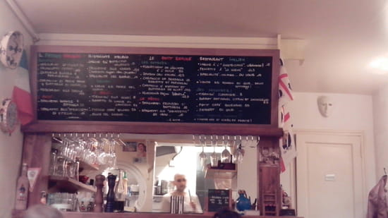 , Restaurant : Il piccolo rifugio  - Le comptoir et la carte (aux couleurs sardes) -