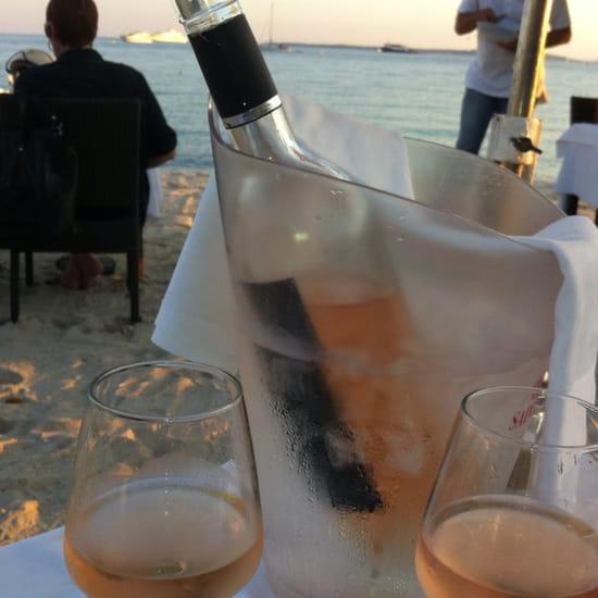, Restaurant : Juanita  - Soirée romantique avec nappes sur la table face a la mer et pieds dans la sable. -