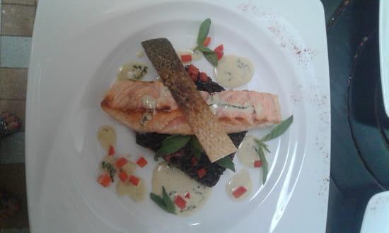 L'Ardoise Bleue  - Aiguilleurs de saumon mi cuit,basilic frais , riz noir vénéré  et crème de champagne  acidulée  -