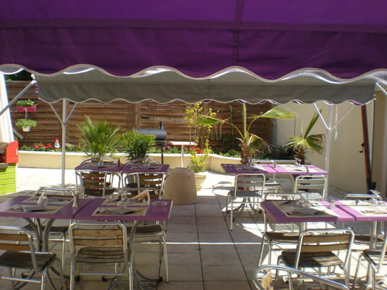 L'Art d'Oise  - terrasse avec parasols et fleurs -   © cappuccio joseph
