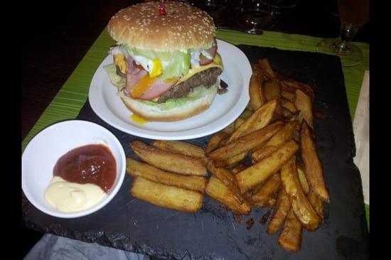 """, Plat : La Cantine  - Un burger """"texan"""" accompagné de frites et sauces maison!! Une tuerie !!! C'est un vrai régale qui réconcilie avec le burger  -"""