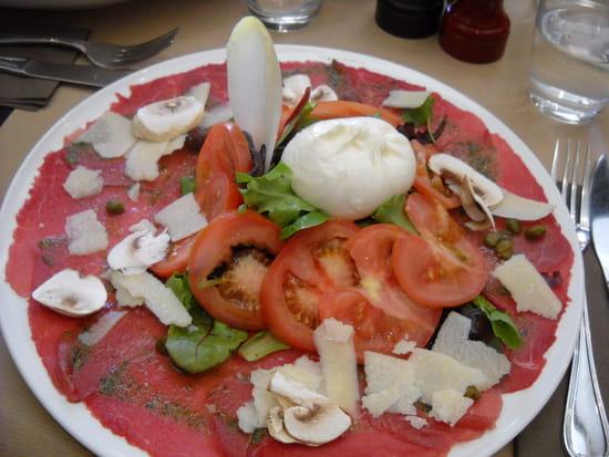 La Focaccia  - Salade Caprèse : Carpaccio de boeuf avec mozzarella, champignons, pistou, tomates -   © MORON Raphaelle