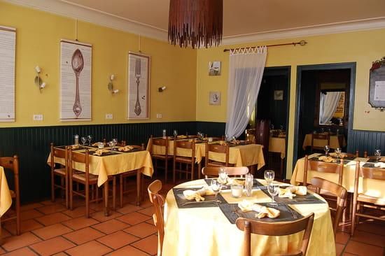 la petite cour restaurant de cuisine traditionnelle cornier avec linternaute. Black Bedroom Furniture Sets. Home Design Ideas