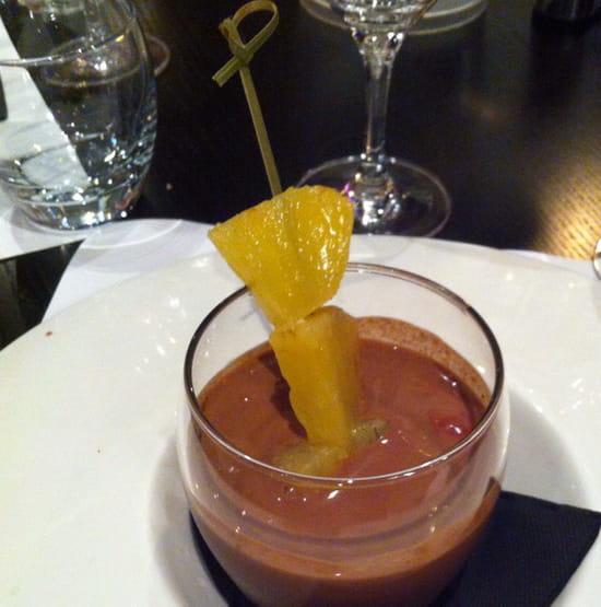 , Dessert : La Smala  - Brochette d'ananas avec un coulis de chocolat fruit rouge.  -