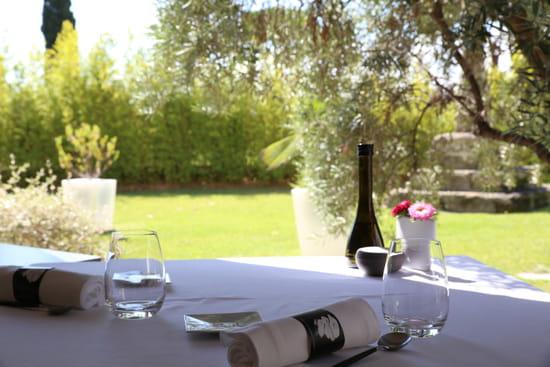 La Table Saint Crescent  - Notre terrasse ombragée pour un déjeuner romantique -   © Le Petit Gastronome