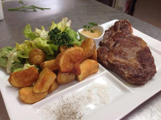 Le Caraqui  - Entrecôte accompagnée de pommes de terre sautées, salade verte et sauce foie gras -   © MiaDrew CARELLI