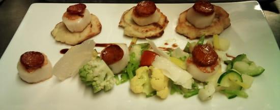 Le Carnet de Bord  - Noix de Saint-Jacques, blinis de patates douces à la coriandre, chorizo, méli-mélo de légumes -   © lecarnetdebord