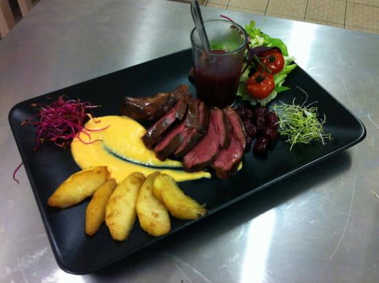 , Plat : Le Castel  - Magret de canard sauce fruit rouge -