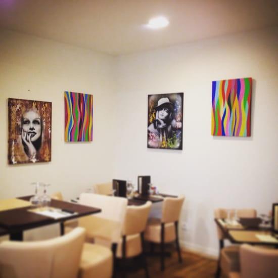 , Restaurant : Le Marsala Bar Resto Pizza  - Salle du bar avec exposition de tableaux  -