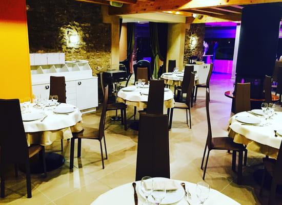 , Restaurant : Le Millésime  - Salle de restaurant avec cheminée centrale -