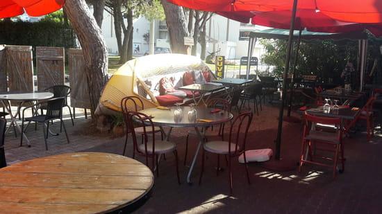 , Restaurant : Le Moment  - Terrasse avec une barque renversée et transformée en banquette -