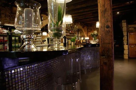 Le Vin Rue Neuve  - Vue plongente du Bar et ses nombreuses références d'alcools. -   © Le Vin Rue Neuve