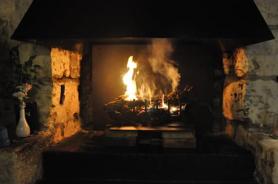 Le Vin Rue Neuve  - Vue de la cheminée qui se toruve proche des tables et du bar, agréable l'hiver de boire un verr au  -   © Le Vin Rue Neuve.