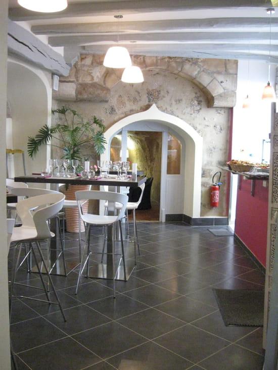 Le XII de Luynes  - Vers salon privé et cuisine -   © Pascal