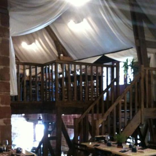 , Restaurant : Les Pierres Rouges  - Intérieur de la salle avec vu sur la salle du haut. -