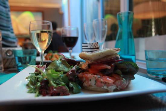 Les Voiles  - Le Breizh Burger : Tartare de Saumon et Haddock, crème de moutarde, salicorne, oignons. blinis. -   © Sarah Ponchin / Linternaute.com