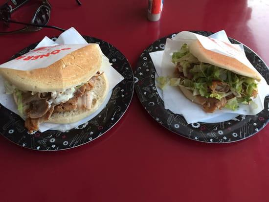 , Plat : Miam miam  - Un double kebab à gauche, un simple à droite  -
