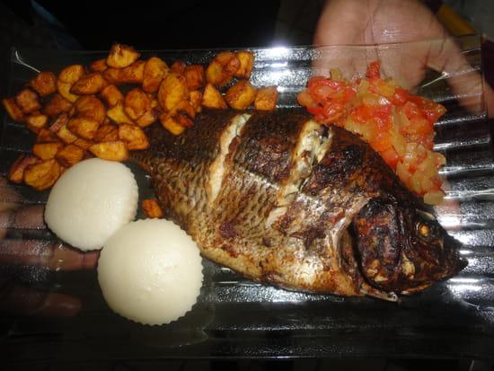 Palais des saveurs tropicales  - Poisson braisé avec sa sauce accompagné d'ablo et aloko -   © PALAIS DES SAVEURS TROPICALES