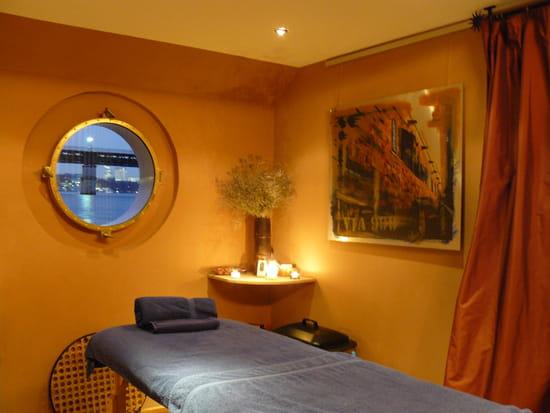 Peniche Mangareva  - Des massages aux huiles essentielles, en cabine au ras des flots -   © Mangareva