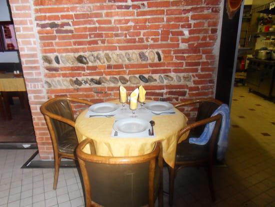 Restaurant Les Aurès  - petite salle des intimes -   © moi même