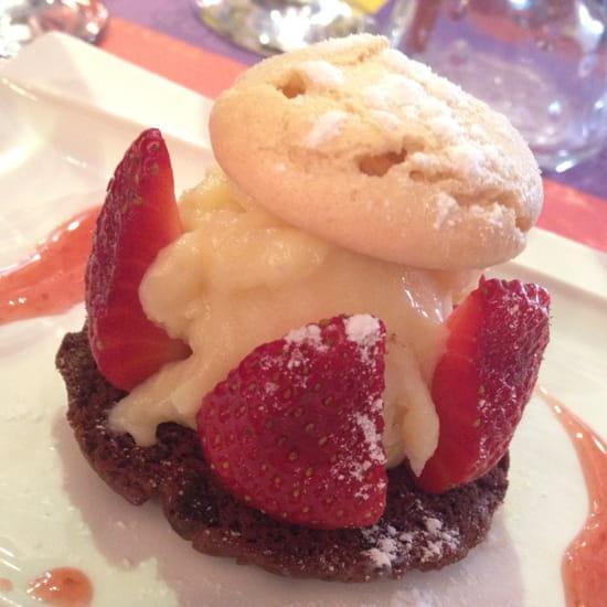 , Dessert : Restaurant Urbain IV  - Super dessert du jour :-) Cookie chocolat, ganache chocolat blanc et fraises ... Magnifique !!! -