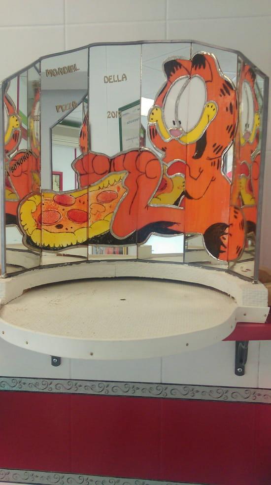 , Restaurant : Roma Pizza  - Support de la pizza du championnat mondial realiser en vitrail -