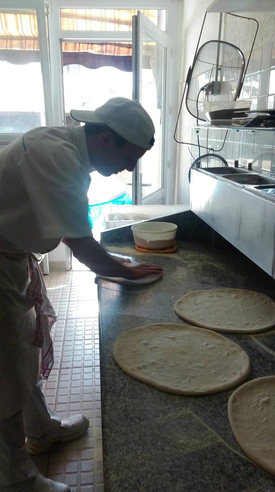 , Plat : Roma Pizza  - Ouverture de la pate a la main -
