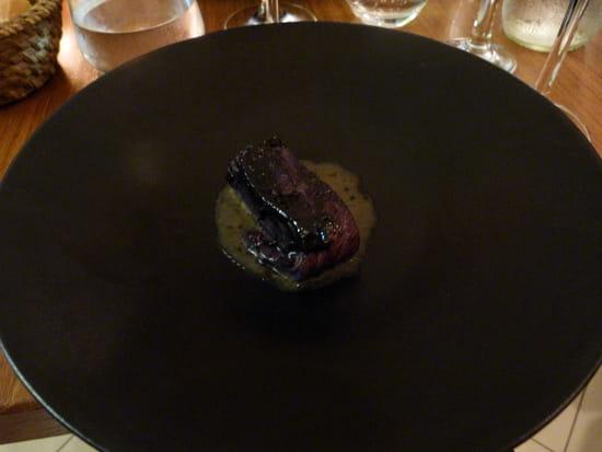Rossi & Co  - Filet de truite de Banka mariné à l'encre de seiche, sésame noir, aubergine brûlée -   © Sarah Ponchin / Linternaute.com