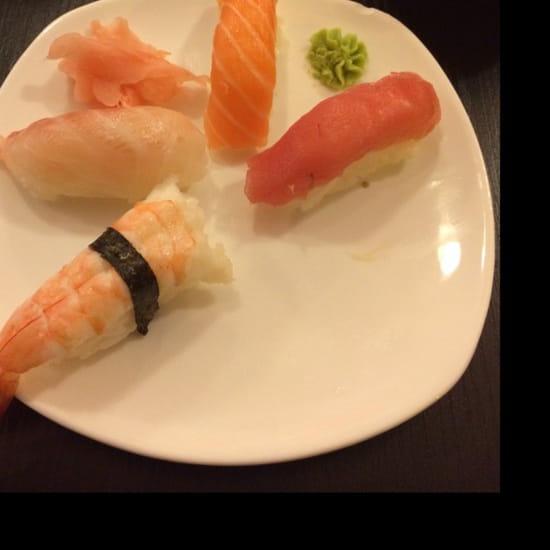 , Plat : Sushi One  - 1 sushi crevette, 1 sushi daurade, 1 sushi saumon, désolé le second est déjà mangé et 1 sushi thon.  -