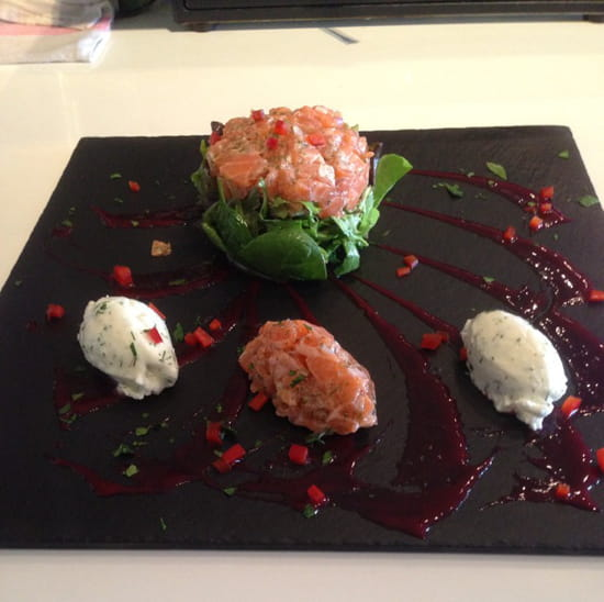 , Restaurant : Terre et Mer  - Tartare de saumon frais , quenelles que crème fouettée a l'aneth  -