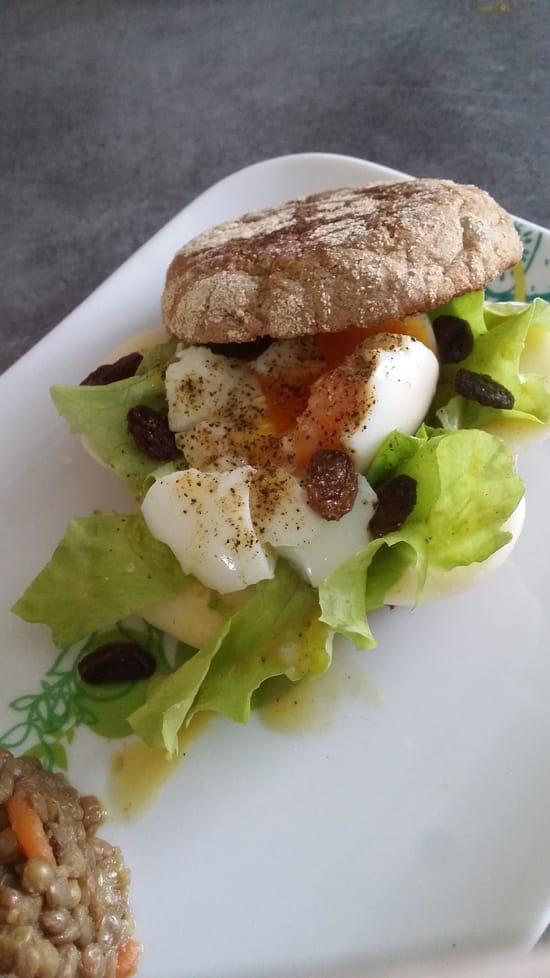 The Brunch  - Muffin au blé complet, oeuf mollet, comté et raisins secs -   © Caracal Communication
